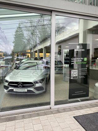 WhatsApp-Service Aufsteller im Showroom Autohaus Hornung